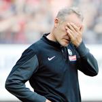 Nicht zum Hinschauen: Christian Streich erlebte eine an Intensität nicht zu überbietende Saison und kämpfte am Ende mit den Tränen.
