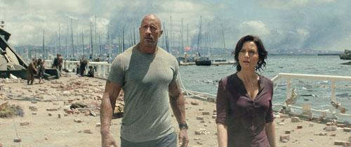 """Spazierengehen am Hafen ist auch nicht mehr wie früher: Ray (Dwayne """"The Rock"""" Johnson) und seine Bald-Ex Emma (Carla Gugino) vor der zerstörten Stadt."""