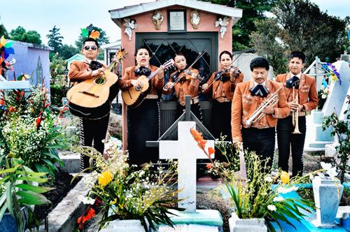 """Die """"Estrellas de Jalisco"""" spielen an einem Grab."""