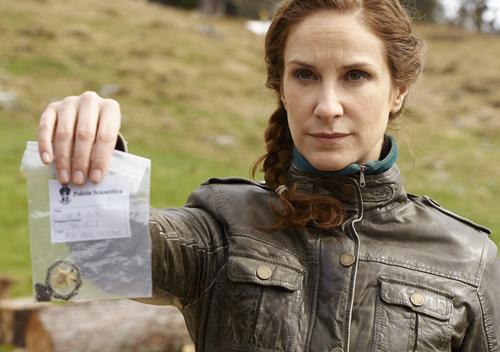 Kann ein gefundenes Amulett Kommissarin Schwarz (Chiara Schoras) bei der Aufklärung eines Gewaltverbrechens helfen?