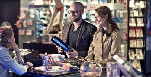 Führen ein scheinbar emanzipiertes Sexleben: Georg (Jürgen Vogel) und Elizabeth (Lavinia Wilson, rechts) kaufen im Erotikshop einen Dildo für ihn.