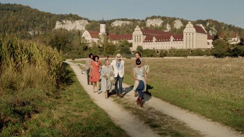 Die Familie reist zum Kloster. Dort soll ein Gelübde abgelegt werden.