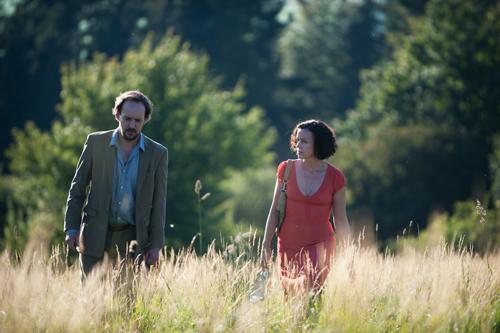 Die Geschwister Dirk (Felix Knopp) und Saskia (Maria Schrader) stecken in einer Sinnkrise.