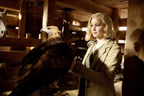Serena (Jennifer Lawrence) verschafft sich großen Respekt bei den Holzarbeitern indem sie einen eigens importierten Adler zähmt, der Jagd auf die tödlichen Klapperschlangen in der Gegend macht.