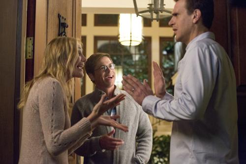 Annie und Jay (Jason Segel, rechts) wollen Spielzeug-Fabrikant Hank Rosenbaum (Rob Lowe) mit allen erdenklichen Mitteln das Tablet abnehmen.