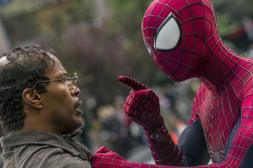Spider-Man (Andrew Garfield) ist einer der wenigen, der Max (Jamie Foxx, links) Beachtung schenkt.