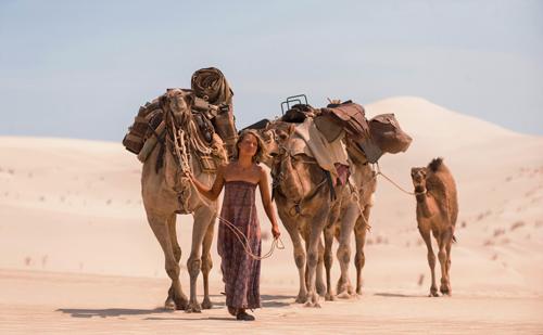 Robyn (Mia Wasikowska) sucht die Einsamkeit der Wüste.