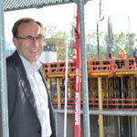 Martin Haag vor dem Neubau