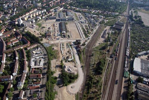 Immerhin: Nach dem lange nicht eine Wohnung auf dem Güterbahnhof gebaut werden sollte, werden bald die ersten Wohnhäuser erstellt. Wenn man die Studenten- oder Seniorenwohnungen hinzurechnet, wird sogar etwa die Hälfte des 55 Fußballfelder großen Areals fürs Wohnen genutzt werden. Gut für Freiburg.