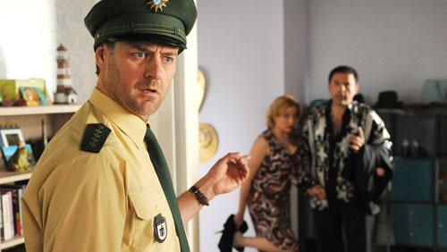 Barney (Marcus Mittermeier, links) ist überrascht, als er in Jennys Wohnung Giorgio (Carlos Lobo) und seine Geliebte antrifft.