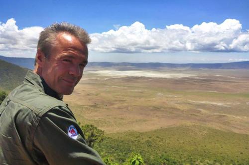 Schauspieler Hannes Jaenicke war in der Serengeti unterwegs.