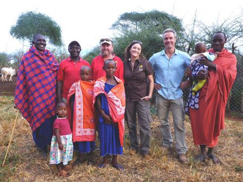 Hannes Jaenicke erlebt bei den Massai, wie gut die jahrelange Arbeit von Laly Lichtenfeld und ihrem Mann zum Schutz vor Löwen im Dorf ankommt.