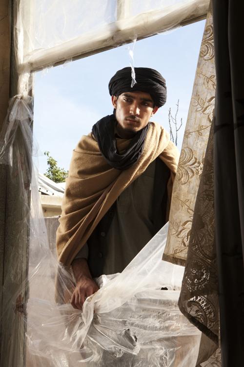Der junge Soldat (Massi Mowrat) besucht die Frau - und die Situation entwickelt sich anders, als man sich das ausmalen konnte.