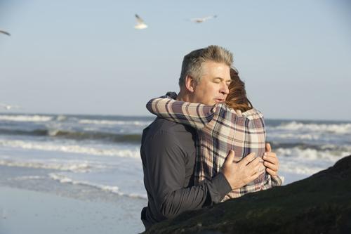John (Alec Baldwin) und Alice (Julianne Moore) bleiben nur noch wenige glückliche, gemeinsame Momente, nachdem sie erfahren haben, dass Alice unter Alzheimer leidet.