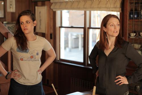 Die erfolglose Tochter Lydia (Kristen Stewart, links) und die ehemals überaus ehrgeizige Linguistikprofessorin Alice (Julianne Moore) nähern sich einander nach der schrecklichen Diagnose wieder an.
