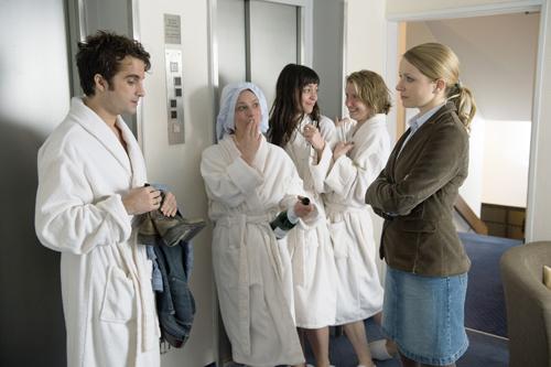Ulf (Oliver Wnuk) macht es sich auch in der Ehe nicht leicht mit Büroschönheit Tanja (Diana Staehly, rechts).