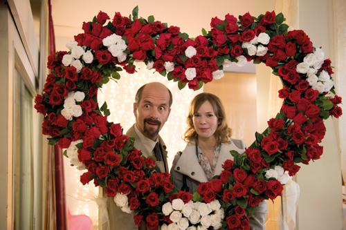 Jennifer (Milena Dreißig) hält es wohl nur aus Genügsamkeit bei Ekel Stromberg (Christoph Maria Herbst).