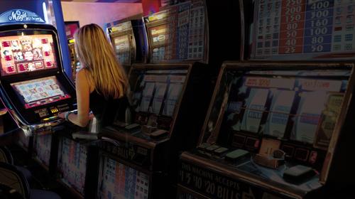 Game over: In einer Spielhalle bei Freiburg gerät Anna M. in den Strudel der Spielsucht. Die Angestellten dort arbeiten mit allen Tricks.