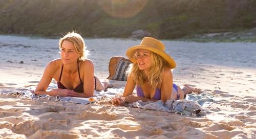 Roz (Robin Wright) und Lil (Naomi Watts, rechts) sind die besten Freundinnen.
