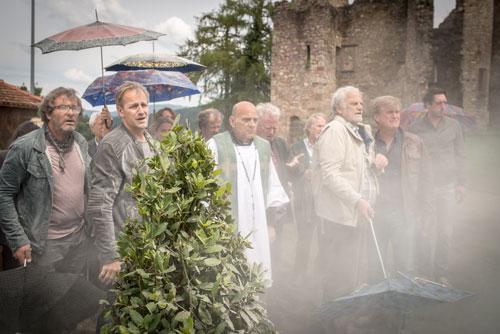 """Die Dorfkirche ist futsch! In """"Täterätää - Die Kirche bleibt im Dorf 2"""" müssen Unter- und Oberrieslinger zusammenarbeiten, um das gemeinsame Gotteshaus wieder aufzubauen."""