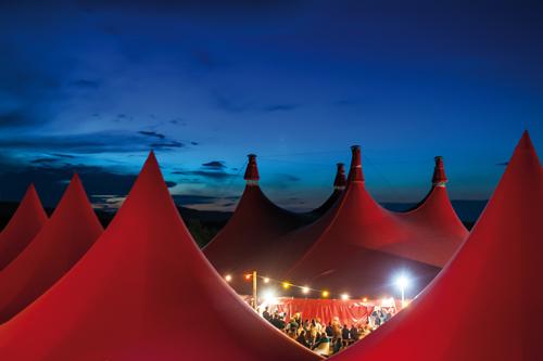Trügerische Harmonie: Tent Event stellt auch Zelte für das Freiburger ZMF.