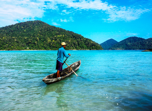 Die Moken ziehen den größten Teil des Jahres auf selbst gebauten hölzernen Booten zwischen den Inseln umher.