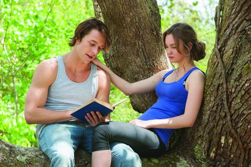 Die große Liebe: Amanda (Liana Liberato) und Dawson (Luke Bracey) haben einen unterschiedlichen Background, sie kommt aus einer reichen Familie, er aus einer von ganz unten.