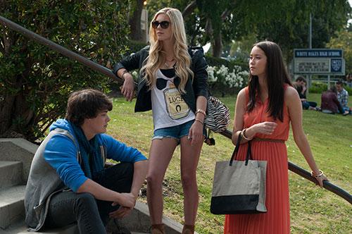 Szene mit Israel Broussard, Claire Julien und Katie Chang.