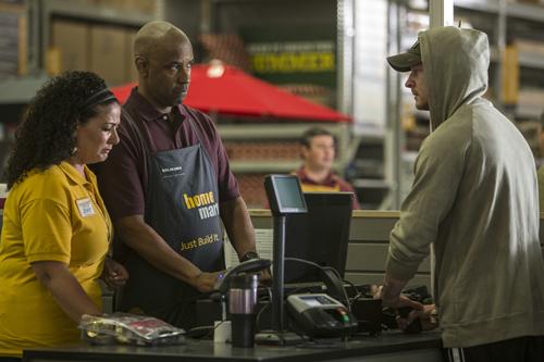 Robert McCall (Denzel Washington, Mitte) hat sich nach einer Undercover-Agenten-Karriere für tot erklären lassen und arbeitet untergetaucht als Baumarkt-Mitarbeiter.