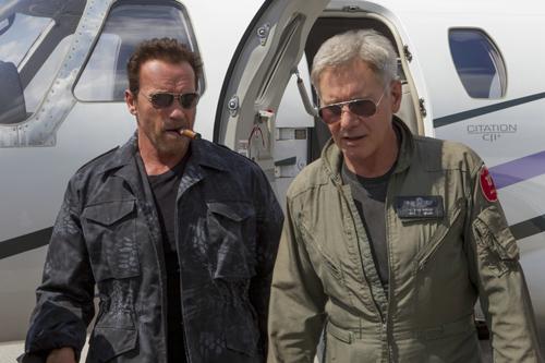 Max Drummer (Harrison Ford, rechts) fliegt mit Trench (Arnold Schwarzenegger) ins Krisengebiet.