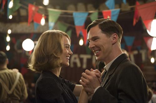 Seien charmante Kollegin Joan Clarke (Keira Knightley) bringt Alan Turing (Benedict Cumberbatch) menschliche Verhaltensweisen bei.