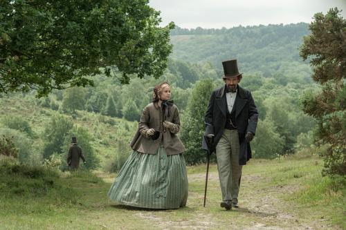 Mit einer Berühmtheit wie Charles Dickens (Ralph Fiennes) öffentlich zu promenieren, ist für Nelly (Felicity Jones) nur selten angenehm.
