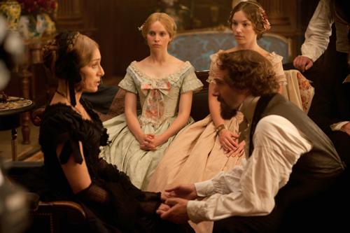 Die junge Schauspielerin Nelly Ternan (Felicity Jones, Mitte) verfolgt staunend, wie Charles Dickens (Ralph Fiennes) ihre Mutter (Kristin Scott Thomas, links) in Hypnose versetzt.