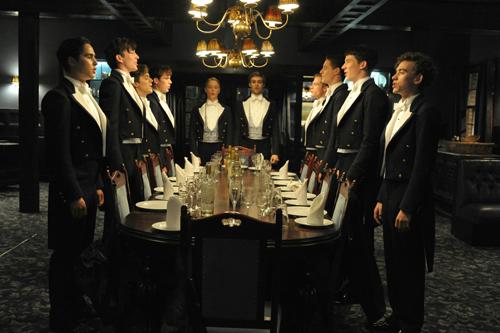 """Der """"Riot Club"""" nimmt zu einem Dinner Platz, bei dem lebensgefährlich die Fetzen fliegen werden."""