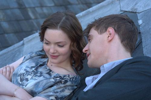 Lauren (Holliday Grainger) und Miles (Max Irons) verlieben sich ineinander.
