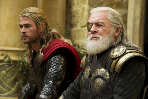 Odin (Anthony Hopkins, rechts) möchte bald die Krone an seinen Sohn Thor (Chris Hemsworth) abtreten.