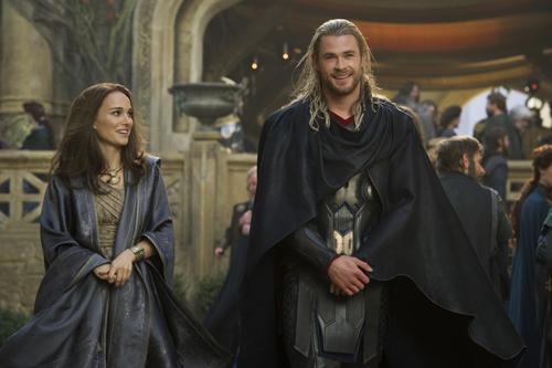 Rat mal, wer zum Essen kommt: Thor (Chris Hemsworth) bringt seine geliebte Jane (Natalie Portman) heim nach Asgard.