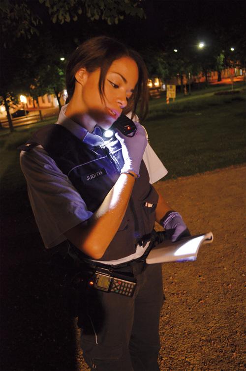 Konzentriert: Kommissarin Yvonne Judith checkt im Colombipark das Strafregister eines Betrunkenen.