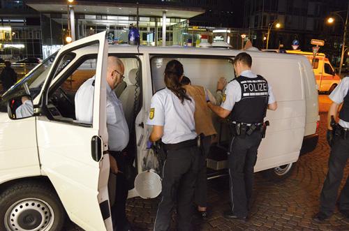 Aufgelesen: Drei Polizisten helfen einem betrunkenen Obdachlosen am Hauptbahnhof.