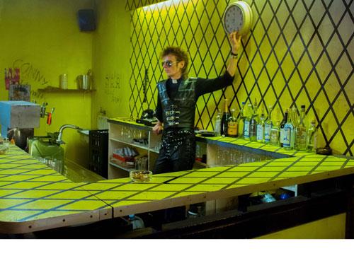"""Im """"Risiko"""" steht Blixa Bargeld (Alexander Scheer) an der Bar und schafft einen zeitlosen Ort der Punk-Avantgarde."""