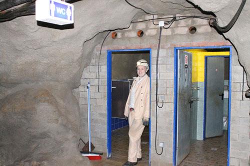 Mühsam angelegte Toiletten in der untersten Etage.