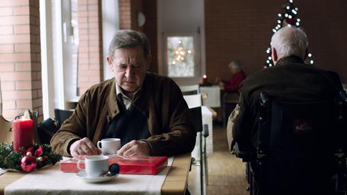 Rolf (André Jung) besucht seinen Vater und auch gerne die Prostituierte Mia.