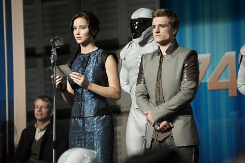 Auf der Tour der Sieger sehen Katniss (Jennifer Lawrence) und Peeta (Josh Hutcherson) überall im Land, wie Menschen unterdrückt und niedergeknüppelt werden.
