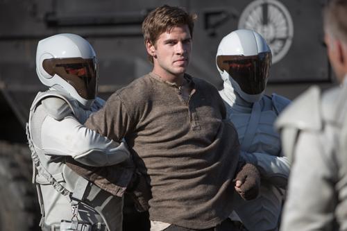 Die Schergen des Regimes bestrafen Ungehorsamkeit mit ganzer Härte: Gale (Liam Hemsworth) bekommt das am eigenen Leib zu spüren.