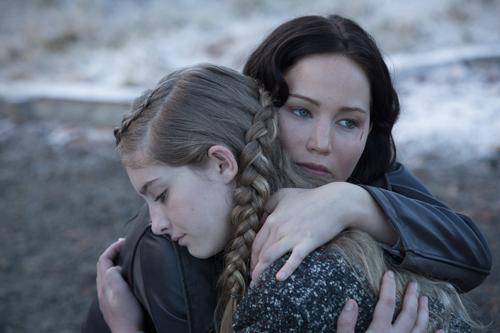 Erneut muss sich Katniss (Jennifer Lawrence, rechts) von ihrer Schwester Prim (Willow Shields) verabschieden - vielleicht für immer.