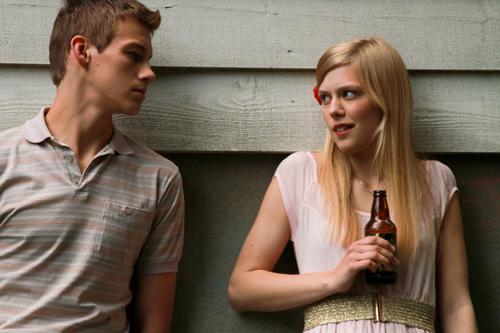 Die heikle Szene: Alma (Helene Bergsholm) sieht sich am Ziel ihrer Träume, als Artur (Matias Myren) auf einer Party mit nach draußen kommt. Doch dann passiert etwas Komisches.