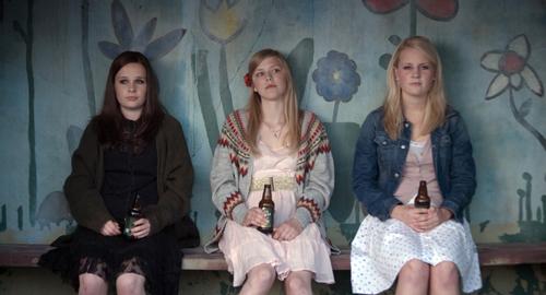 Die Drei von der Bushaltestelle: Alma (Helene Bergsholm, Mitte) und ihre Freundinnen haben keine Idee, was sie mit ihrem Tag anfangen sollen. Sara (Malin Bjorhovde) will die Welt retten, Ingrid (Beate Stofring) ist eher auf ihren Lipgloss und ihre Wirkung konzentriert.