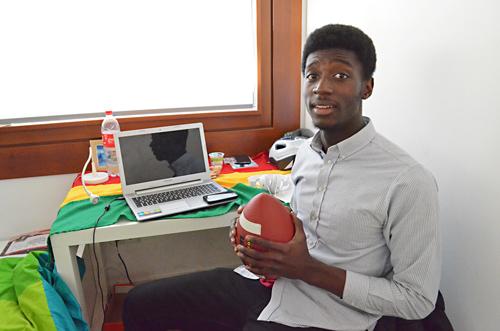 Auf Zack: Nana aus Ghana schnauft nach dem Unterricht kurz in seinem Zimmer durch.