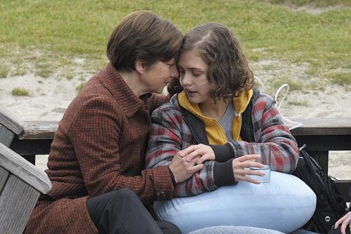 Lange will Leas Mutter (Lena Stolze, links) nichts vom Sterben ihrer Tochter wissen.