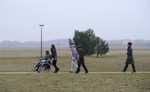 Lea (Liv Lisa Fries, links) will unter freiem Himmel sterben. Ihre Familie steht ihr dabei zur Seite.